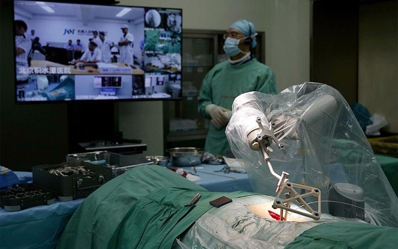 عمليات جراحية عن بعد.. مستقبل قطاعنا الطبي في خطر